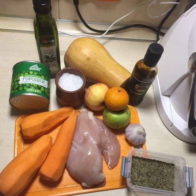 Фото рецепта - Курица, тушеная с тыквой и зеленым горошком - шаг 1
