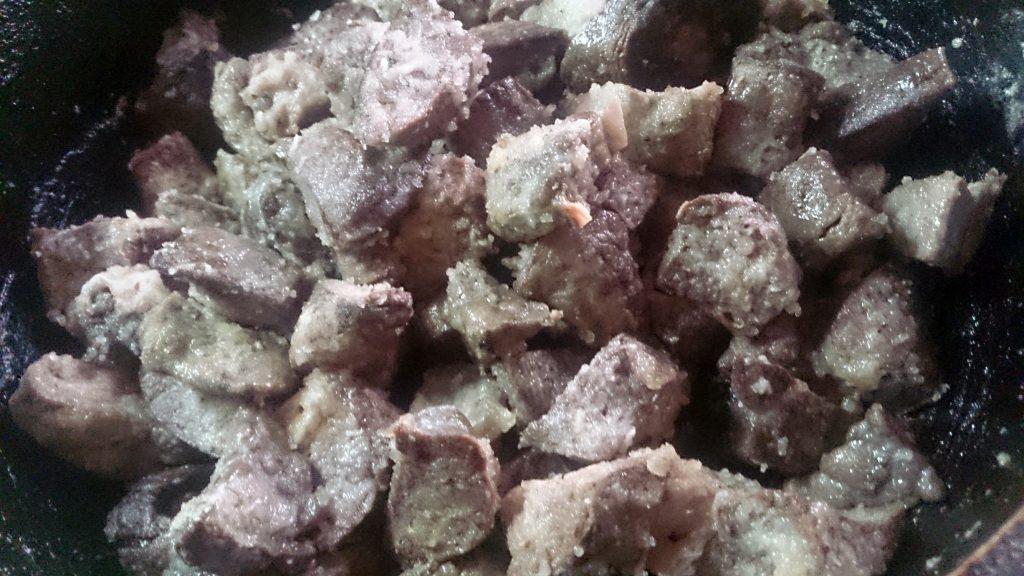 Фото рецепта - Гуляш из свиного легкого в сметано-томатной подливке - шаг 3
