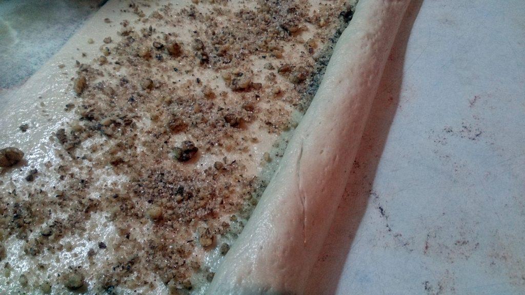 Фото рецепта - Булочки с орехами на дрожжевом тесте - шаг 5