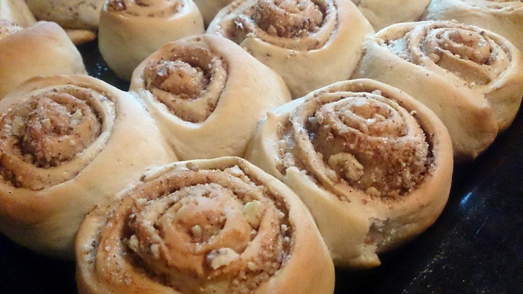 Фото рецепта - Булочки с орехами на дрожжевом тесте - шаг 7