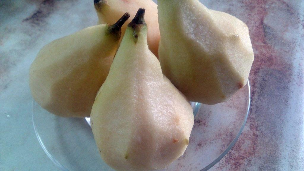 Фото рецепта - Ароматная груша в винном соусе - шаг 3