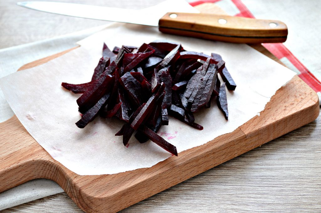 Фото рецепта - Салат из свеклы, чернослива и фиников - шаг 1