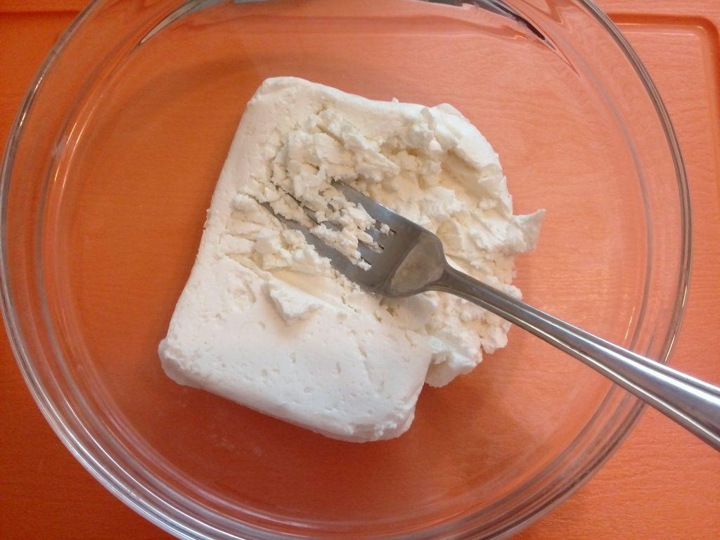 Фото рецепта - Классические сырники со сметанным кремом - шаг 1