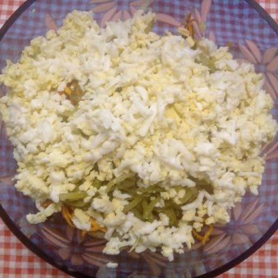 Фото рецепта - Печеночный салат с соленым огурцом - шаг 6