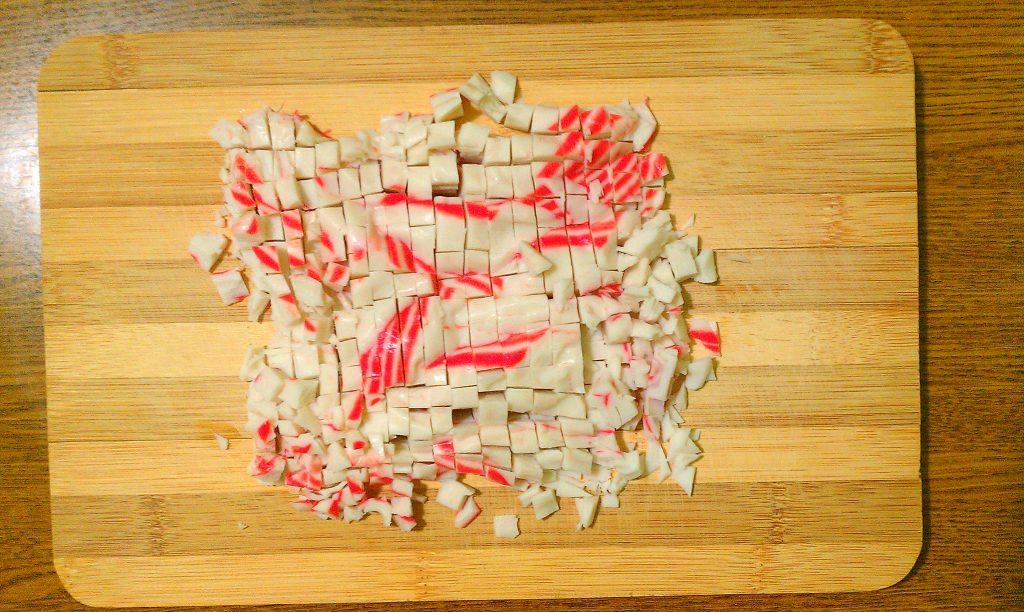 """Фото рецепта - Крабовый салат """"Прикопченый"""" с кукурузой - шаг 2"""