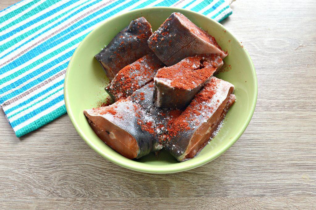 Фото рецепта - Горбуша под овощным маринадом на сковороде - шаг 2