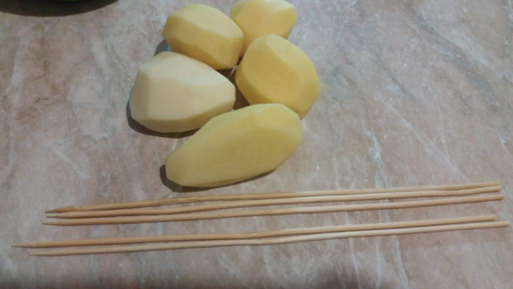 Фото рецепта - Картофель, запеченный спиральками на шпажках - шаг 1