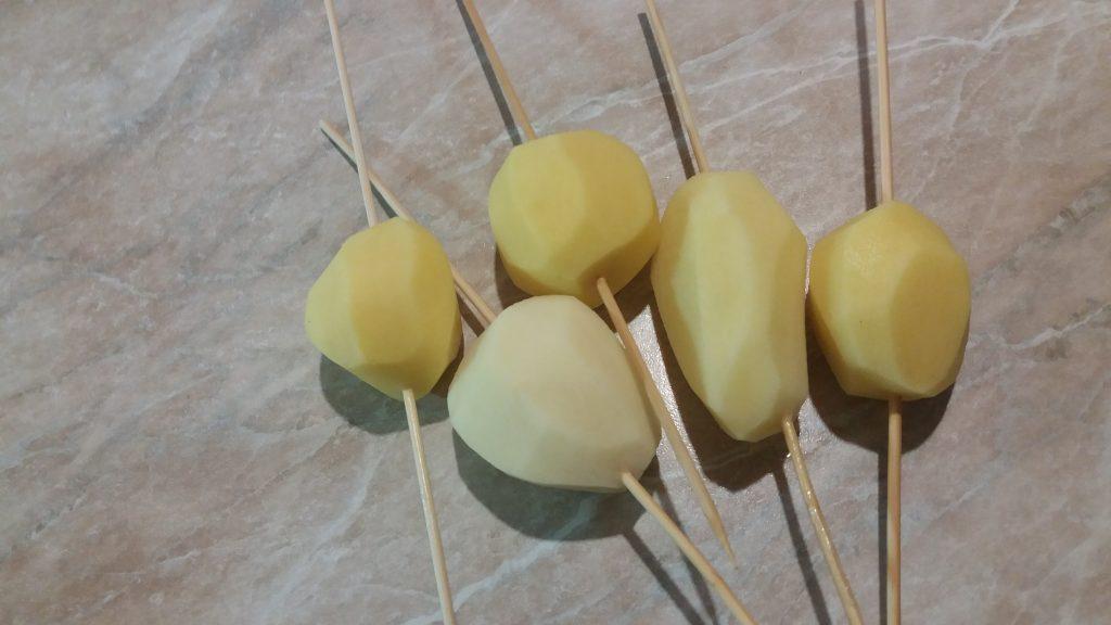 Фото рецепта - Картофель, запеченный спиральками на шпажках - шаг 2