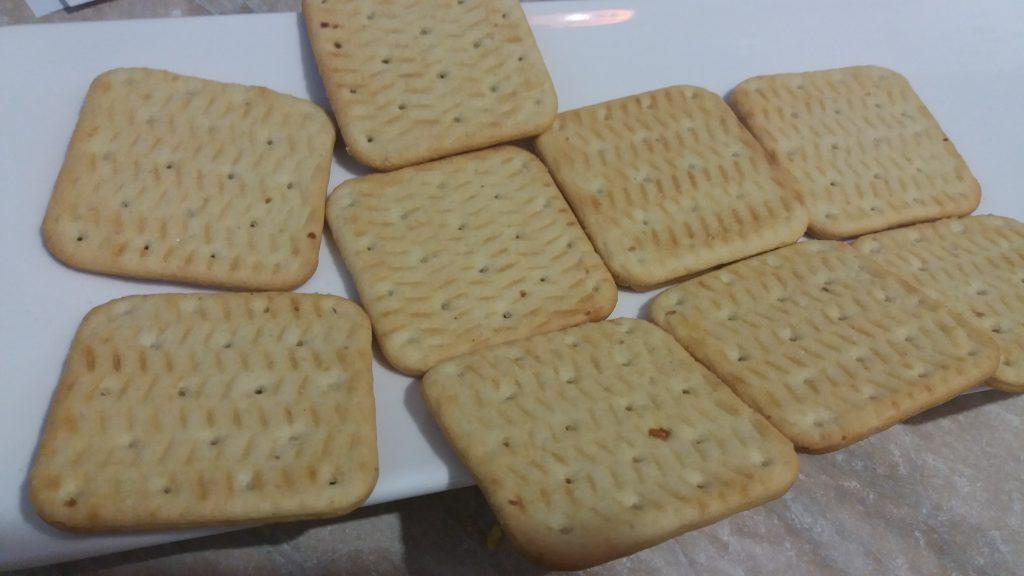 Фото рецепта - Закуска из соленого печенья с сыром, яйцом и чесноком - шаг 4