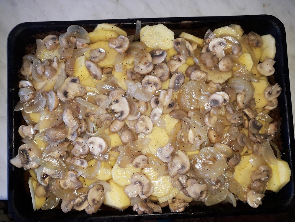Фото рецепта - Картофельная запеканка с грибами - шаг 4