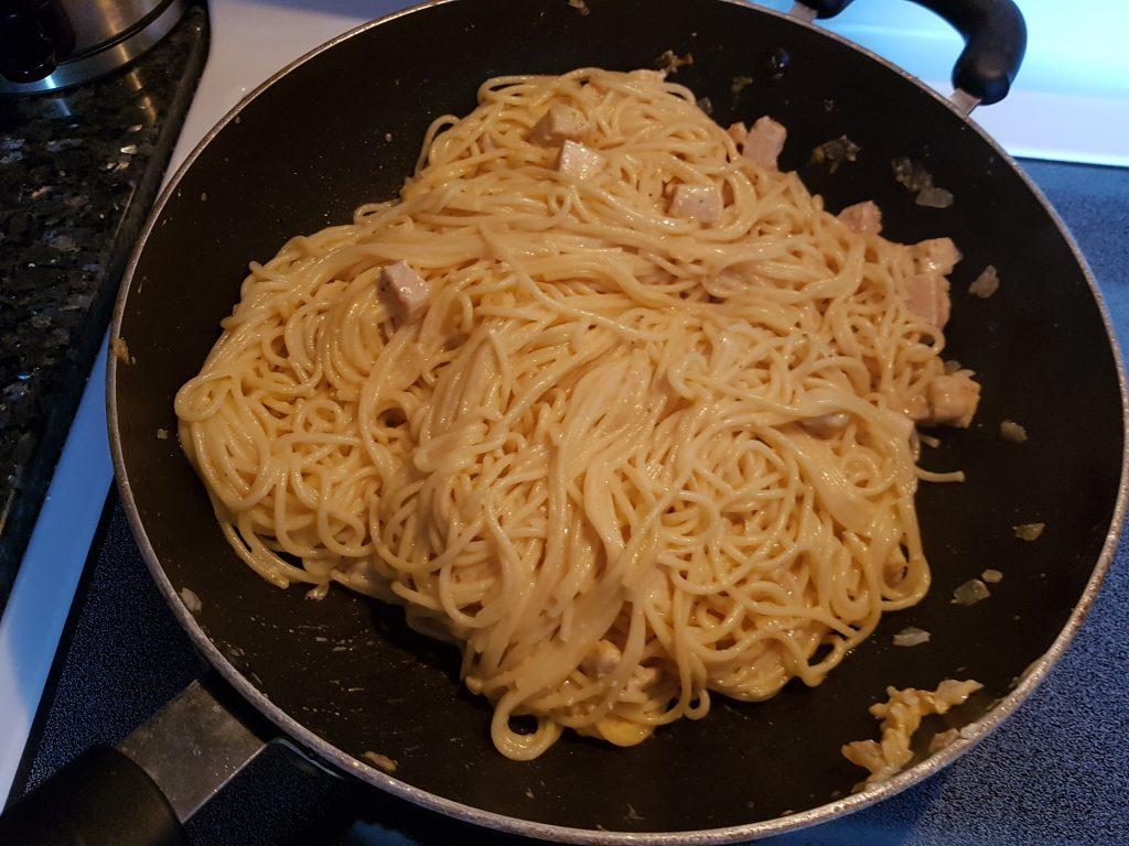 Фото рецепта - Спагетти с курицей в сливочном соусе - шаг 6