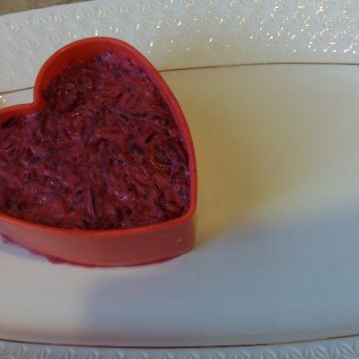 Фото рецепта - Салат из вареной свеклы с грецким орехом и виноградом - шаг 3