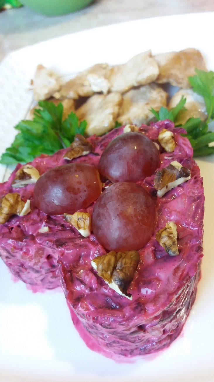 Салат из вареной свеклы с грецким орехом и виноградом