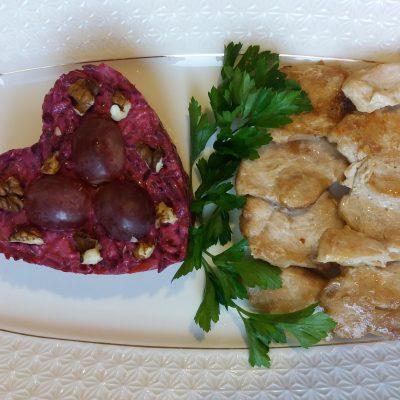 Фото рецепта - Салат из вареной свеклы с грецким орехом и виноградом - шаг 5