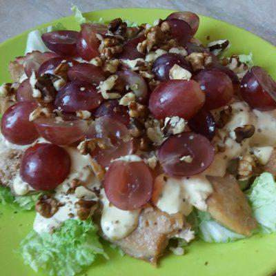 Салат из курицы с виноградом и грецким орехом - рецепт с фото