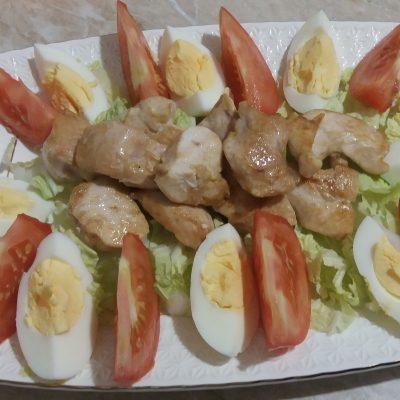 Фото рецепта - Простой салат Цезарь с курицей - шаг 3