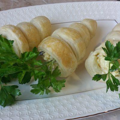 Фото рецепта - Забавная закуска – морковки из слоеного теста с грибным салатом - шаг 6