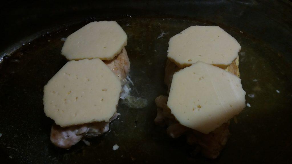 Фото рецепта - Рулет из куриной грудки с капустой - шаг 6