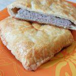 Мясной пирог из слоеного теста с фаршем индейки