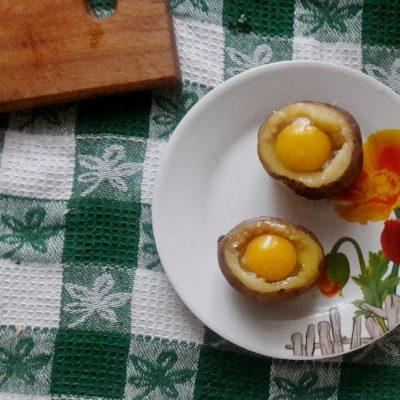 Фото рецепта - Яичница в картофеле по-селянски - шаг 2