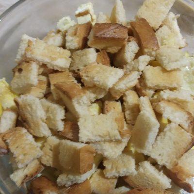 Фото рецепта - Салат из пекинской капусты с яичным блином и сухариками - шаг 3