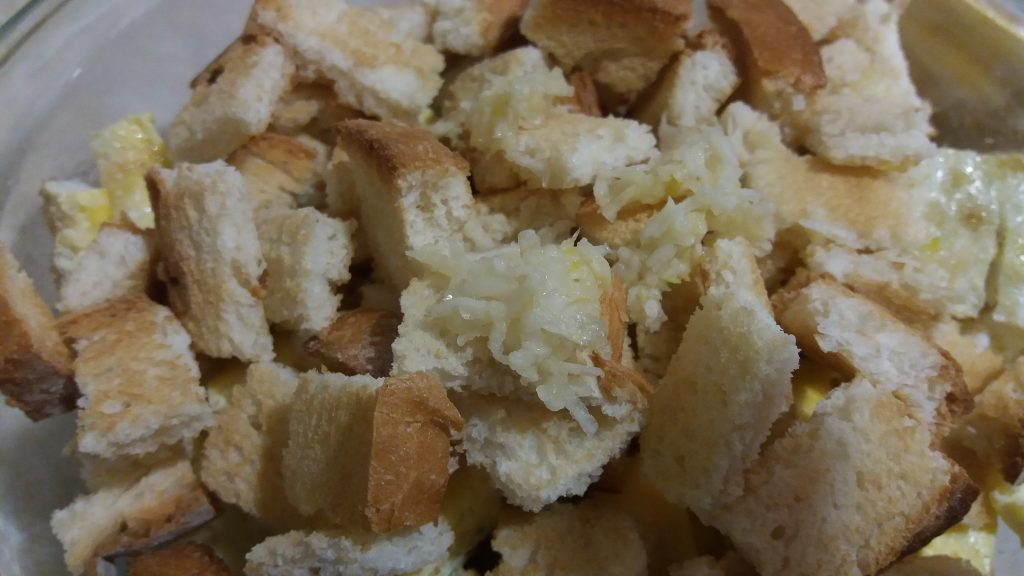 Фото рецепта - Салат из пекинской капусты с яичным блином и сухариками - шаг 4