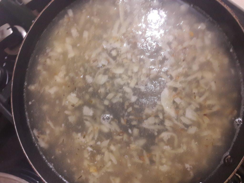 Фото рецепта - Французский луковый суп - шаг 4