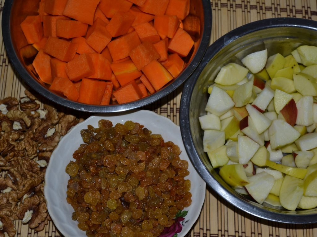 Фото рецепта - Сочная тыква с яблоками, запеченная в горшочках - шаг 2