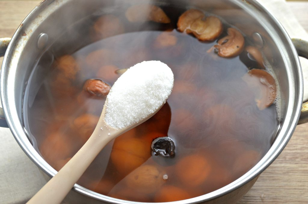 Фото рецепта - Домашний компот из сухофруктов - шаг 4