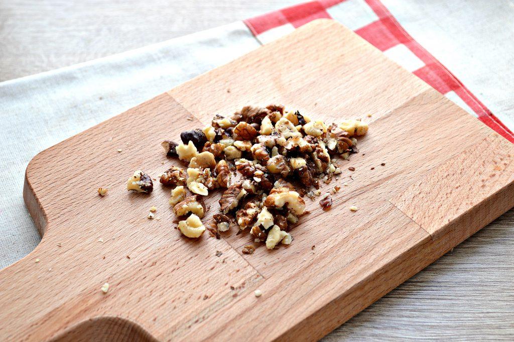 Фото рецепта - Салат из свеклы, чернослива и фиников - шаг 4