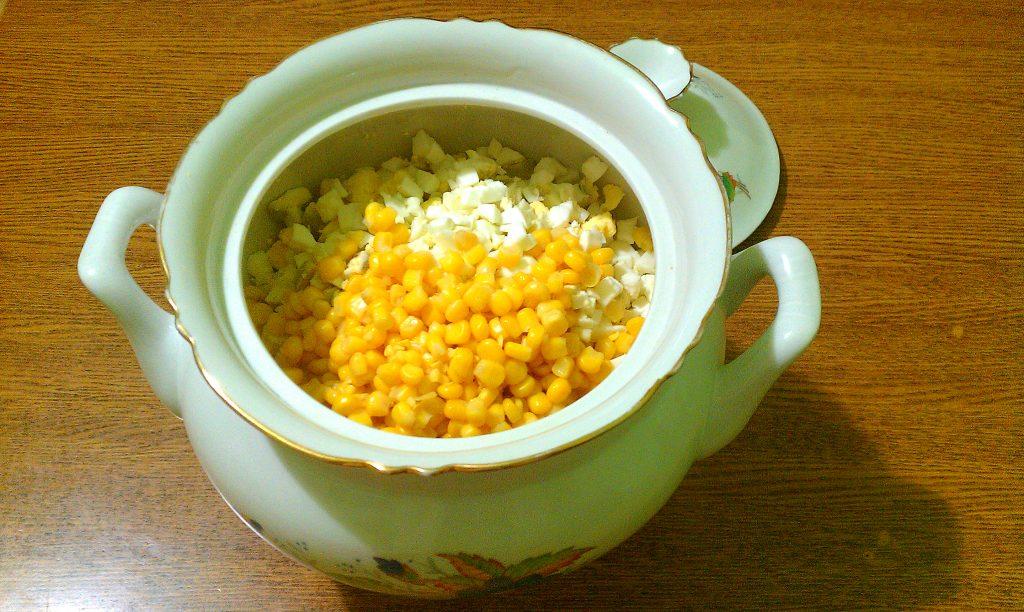 """Фото рецепта - Крабовый салат """"Прикопченый"""" с кукурузой - шаг 5"""