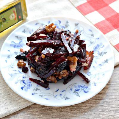 Салат из свеклы, чернослива и фиников - рецепт с фото