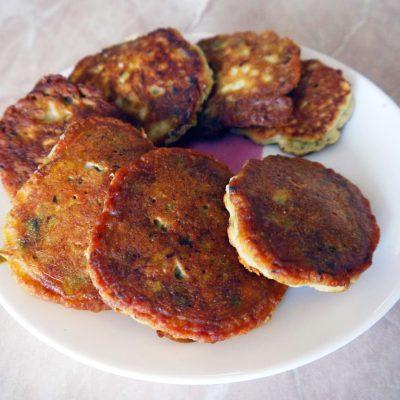 Оладьи из авокадо с семгой и сыром - рецепт с фото