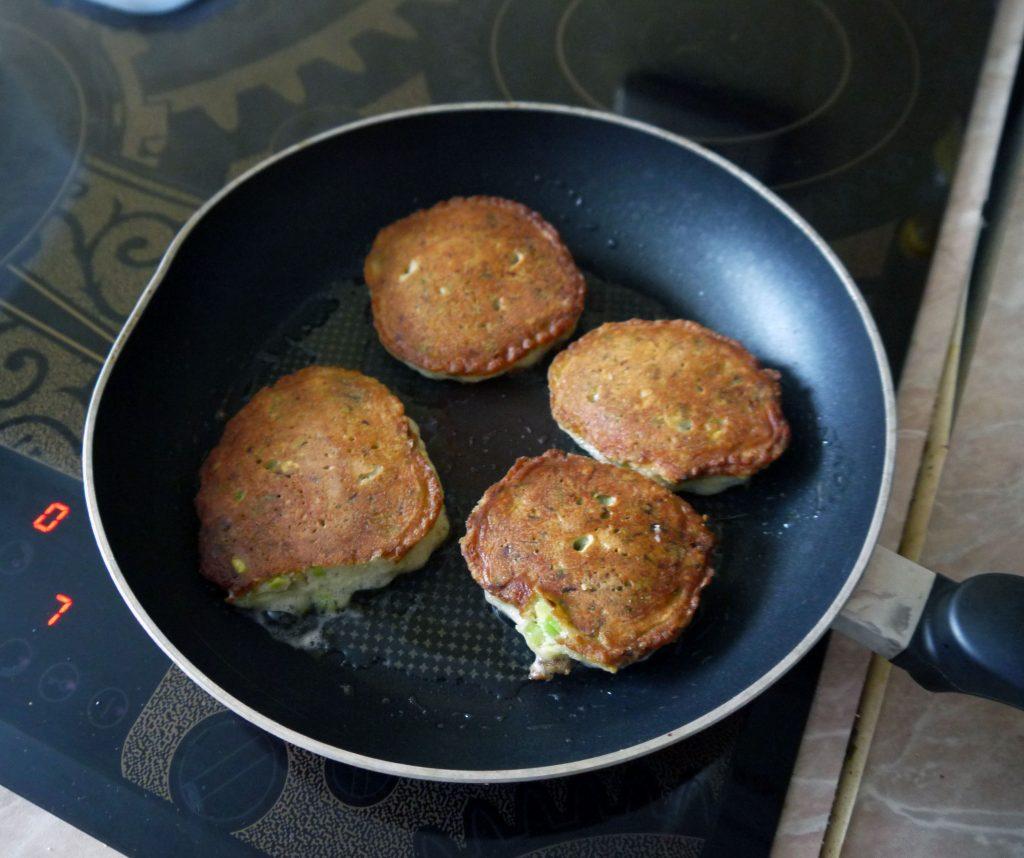 Фото рецепта - Оладьи из авокадо с семгой и сыром - шаг 8