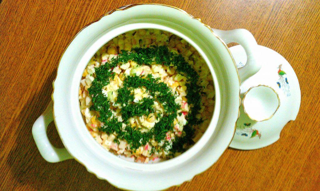 """Фото рецепта - Крабовый салат """"Прикопченый"""" с кукурузой - шаг 7"""