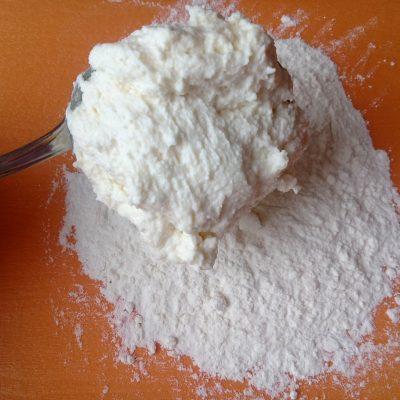 Фото рецепта - Классические сырники со сметанным кремом - шаг 5