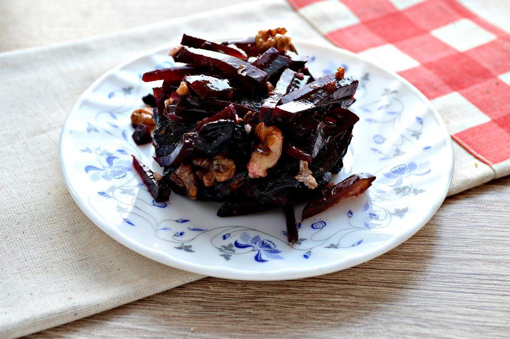 Фото рецепта - Салат из свеклы, чернослива и фиников - шаг 6