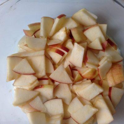 Фото рецепта - Шарлотка с яблоками - шаг 4