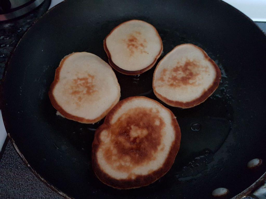 Фото рецепта - Яблочные оладьи на молоке - шаг 4