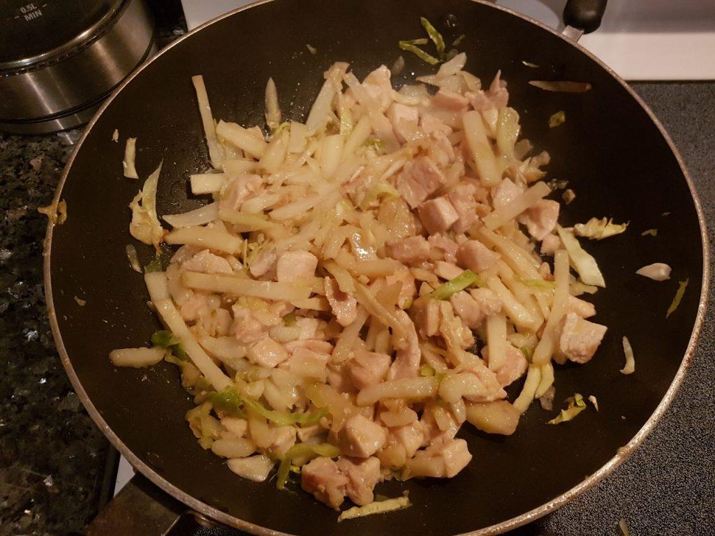 Фото рецепта - Курица, тушеная с овощами - шаг 3