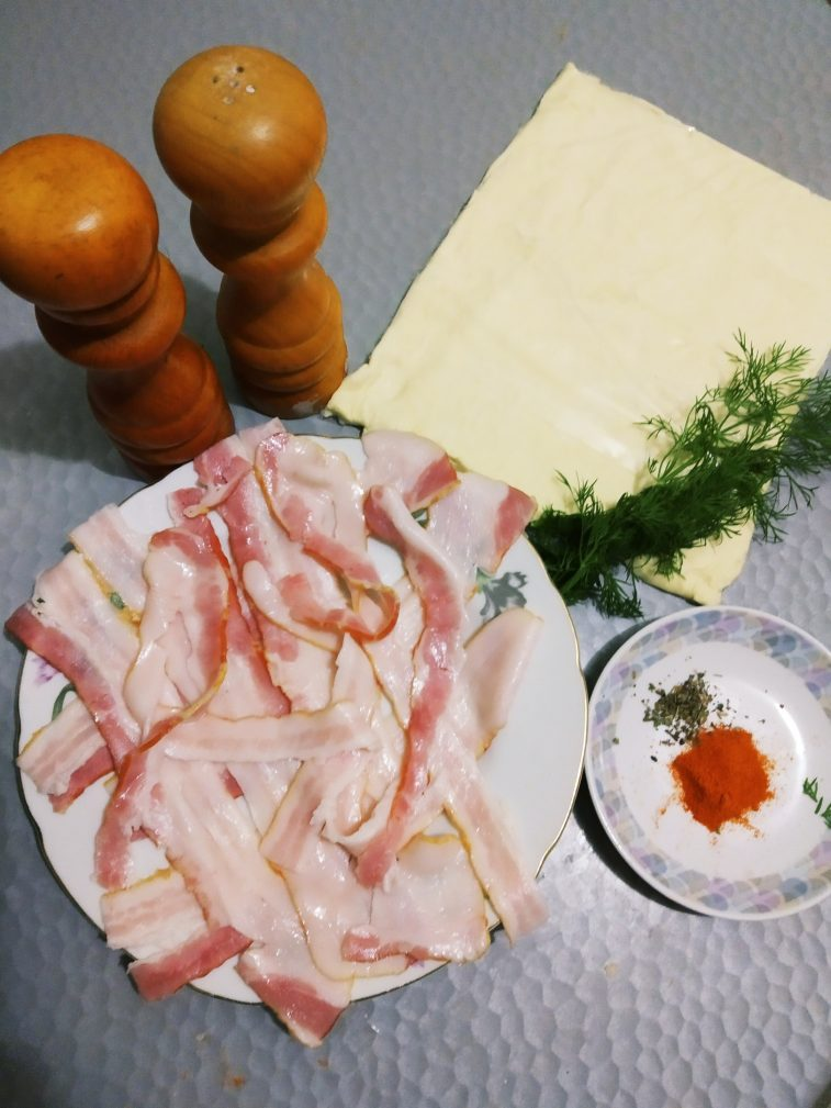 Фото рецепта - Слоёные палочки с беконом - шаг 1