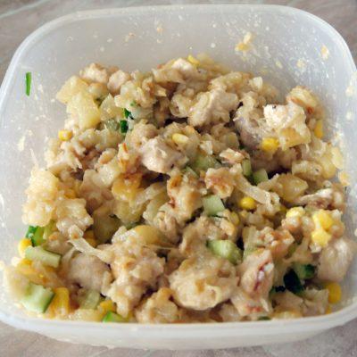Фото рецепта - Теплый салат из курицы и ананасов - шаг 7