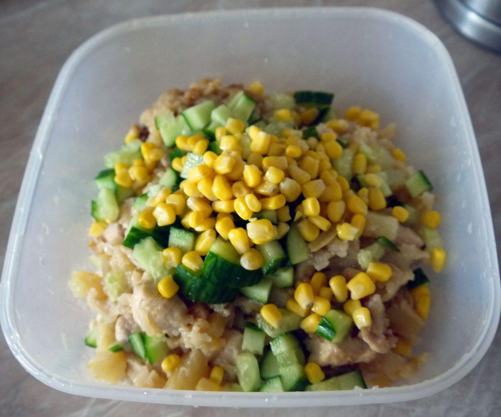 Фото рецепта - Теплый салат из курицы и ананасов - шаг 6