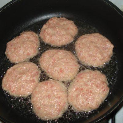 Фото рецепта - Мясные биточки с картофелем - шаг 4