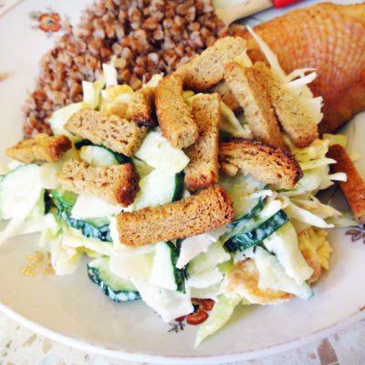Тёплый салат с сухариками - рецепт с фото