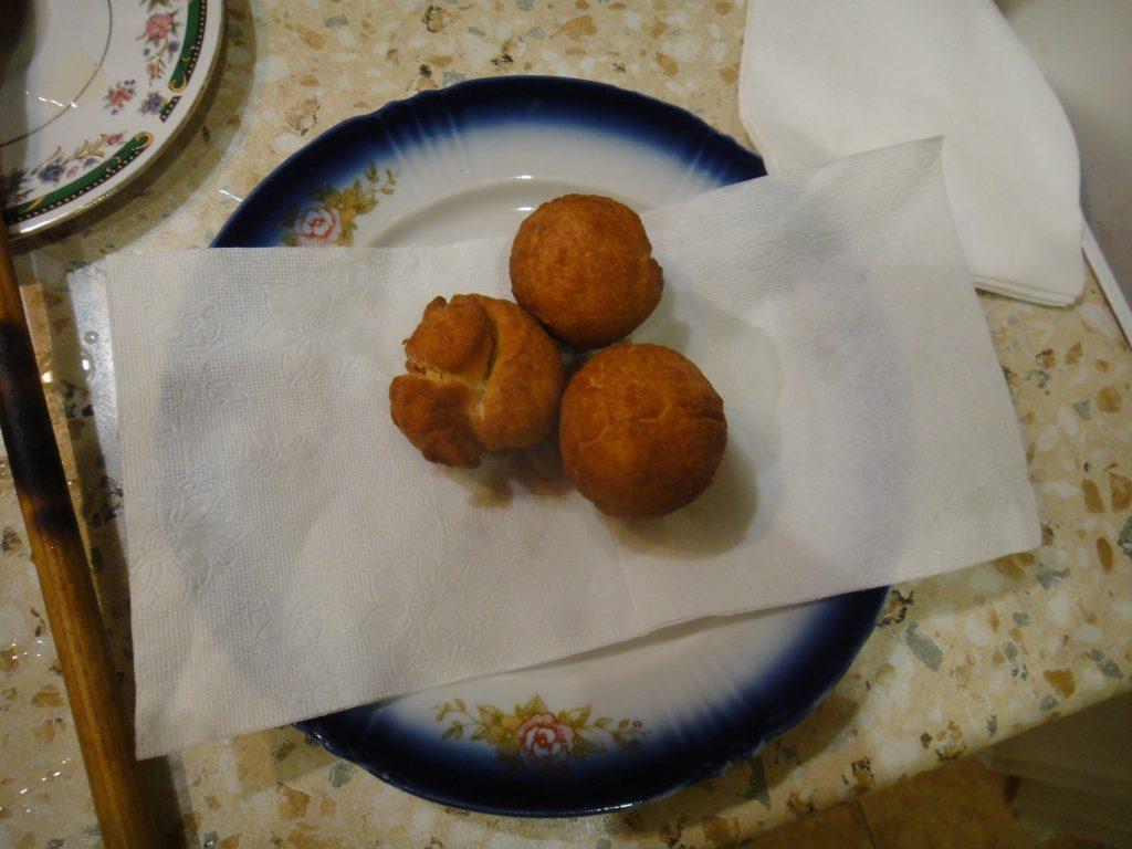 Фото рецепта - Творожные пончики жареные в масле - шаг 8
