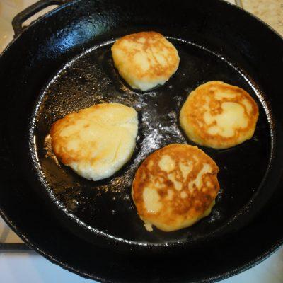 Фото рецепта - Сырники из творога на сковороде - шаг 5