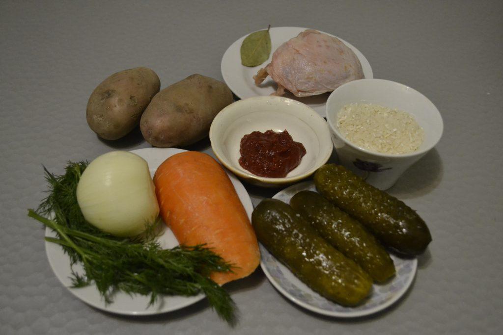 Фото рецепта - Рассольник с рисом и солеными огурцами - шаг 1