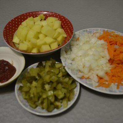 Фото рецепта - Рассольник с рисом и солеными огурцами - шаг 2