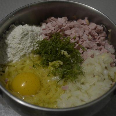 Фото рецепта - Драники с колбасой - шаг 2